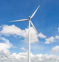 la turbina de viento en el hermoso fondo de cielo azul nublado. foto