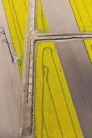 vista aérea de enterrar canos de gás nos campos de colheita