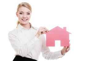 mujer de negocios agente inmobiliario con casa de papel rojo foto