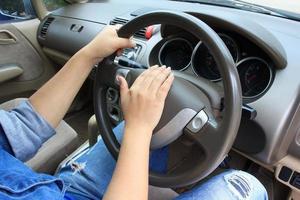 mulher buzinando em um carro