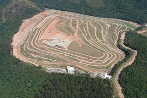 vista aérea de aterro preparado para extração de gás metano