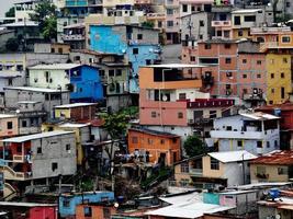 colorida ciudad que vive en las peñas, ecuador foto