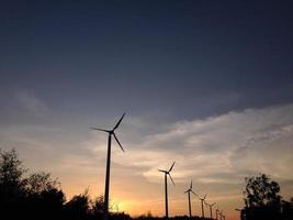turbinas de viento en la puesta del sol foto
