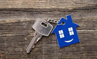 Figura llavero de casa y llave de cerca foto