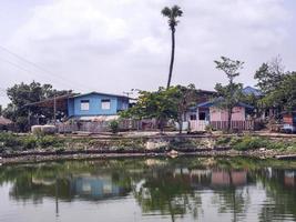 Edificios frente a un lago en Tailandia foto