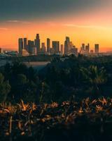 skyline da cidade durante o pôr do sol foto