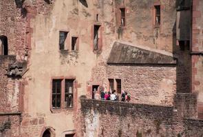grupo de personas caminando hacia el edificio de hormigón foto