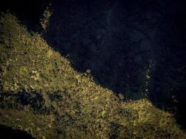 fotografía aérea del lado de la montaña.