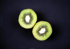 Kiwi en rodajas sobre fondo oscuro