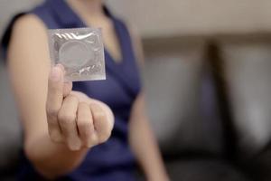 mujer sosteniendo condón foto