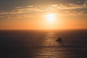 puesta de sol sobre un océano nublado