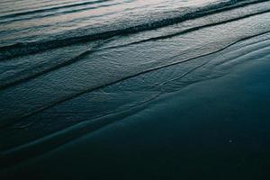 olas del mar entrando en la playa