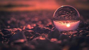 close-up de lensball ao pôr do sol