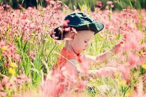 criança em um prado mágico