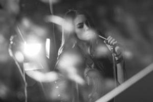 Niña cantando en un micrófono en un estudio. foto