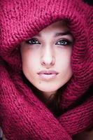 joven mujer bonita en suéter y bufanda por todas partes foto