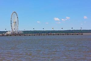noria y un largo muelle en Maryland, Estados Unidos. foto