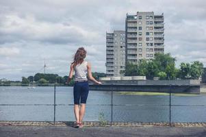 jonge vrouw stond door de jachthaven in stedelijk gebied