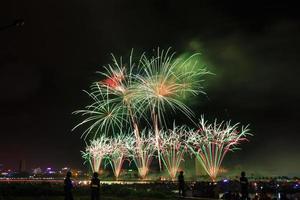 colorido festival de fuegos artificiales en el río.