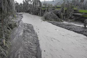 área del río inundada por ceniza volcánica del monte. merapi foto