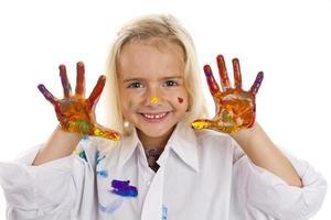 niña pintando foto