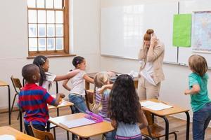 alunos travessos na aula