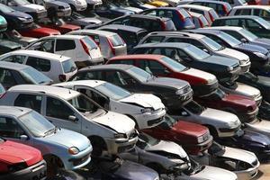 coches destruidos en el taller de demolición de coches