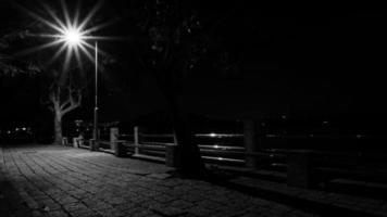 calçada da cidade e poste de luz - preto e branco
