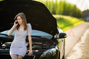 jovem bonita ligando para o serviço na estrada