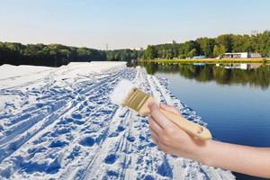 penseel schildert sneeuwveld in zomer meer