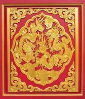 double dragon doré sur bois rouge