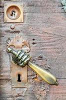 Vintage pomo con forma de mano en la puerta antigua, antecedentes foto