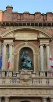 Bolonia - Ayuntamiento y estatua del Papa foto