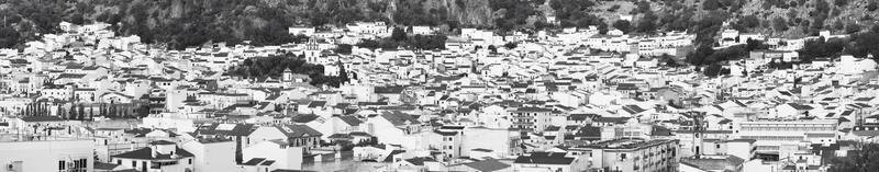 pueblo andaluz con fachadas blancas en cádiz. ubrique. España foto