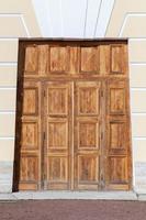 Gran puerta de madera en fachada clásica amarilla