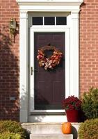puerta con corona de otoño