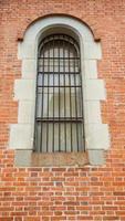 janela de ferro na parede de tijolos