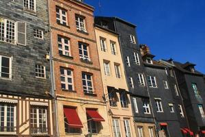 façades d'ardoise au vieux bassin d'Honfleur, France