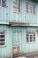 Fachada de edificio de madera de casa rural en Ecuador