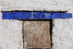 ventana en la pared encalada. monasterio drepung-lhasa-china. 1192 foto