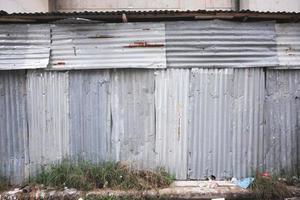Casa de hierro galvanizado en un barrio pobre de Tailandia. foto