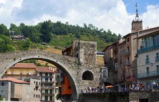 Puente de piedra en la ciudad de Camprodon llamado pequeña Gerona, España foto