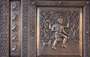 Detalle de la puerta de plata, el templo de Karni Mata, Deshnok, India