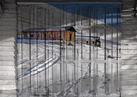 "mural ""nieve en leh ladakh"". el concepto de pintura de la puerta de madera foto"