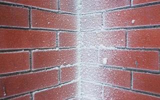 Closeup de pared de ladrillo cubierto de nieve