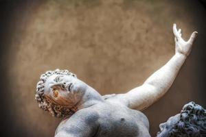 Ratto delle sabine estatua en loggia de lanzi en Florencia foto