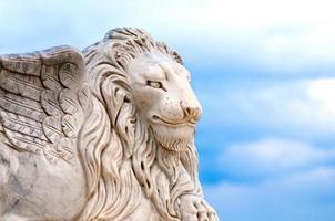 cabeça de leão alado
