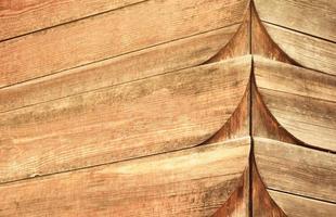 Cerca de la fachada de madera tallada