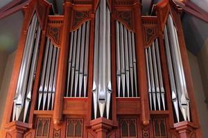 Tubos de órgano gigante en gabinete de madera en la iglesia foto