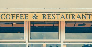 letrero de café y restaurante en restaurante frontal